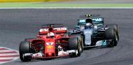 Vettel y Bottas durante un GP en 2017 - SoyMotor.com