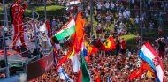 Vettel celebra su podio con los aficionados - SoyMotor.com