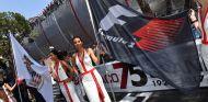 Azafatas con la bandera de la F1 en Mónaco - SoyMotor.com