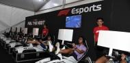 Aficionados juegan al videojuego oficial de F1 en Singapur - SoyMotor.com
