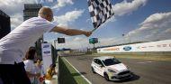 Momento en el que el ganador de las 24 Horas Ford cruzaba la línea de meta - SoyMotor