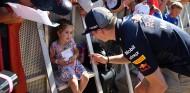 Niña aficionada con Max Verstappen en Yas Marina - SoyMotor.com