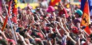 Aficionados y sus móviles en Monza - SoyMotor.com