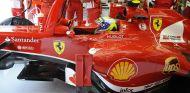 Felipe Massa en el box de Ferrari con el F138 - LaF1