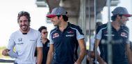 Fernando Alonso charla con Carlos Sainz en Hungría - LaF1