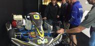 La familia Sainz junto a la familia Alonso frente a uno de los karts que pilotó Fernando - LaF1