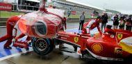Fernando Alonso en el pit lane en Silverstone