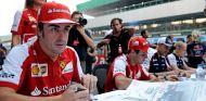Fernando Alonso firma autógrafos en la recta principal de India - LaF1