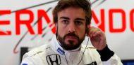 Fernando Alonso en el box de McLaren-Honda - LaF1.es