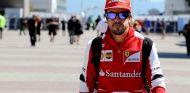 Fernando Alonso en el paddock de Yeongam - LaF1