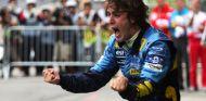 Alonso, en plena celebración de su primer título en Brasil 2005 - SoyMotor.com