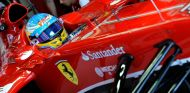 Fernando Alonso en el box de Ferrari en Suzuka - LaF1