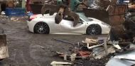 Destruyen un Ferrari 458 Spider impoluto con una grúa de desguace  - SoyMotor.com