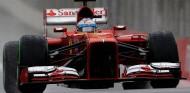 Fernando Alonso con el Ferrari F138 con suspensiones pull rod- LaF1