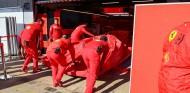 El coche de Vettel, con un problema de motor en Montmeló - SoyMotor.com