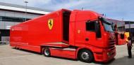 Ferrari encuentra inmigrantes ilegales en un camión transportador - SoyMotor.com