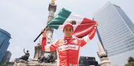 Esteban Gutiérrez posa con la bandera mexicana - LaF1