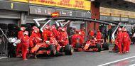 Vettel y Räikkönen, en boxes - SoyMotor.com
