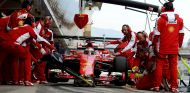 Kimi Raikkonen haciendo un pit stop en los test - LaF1.es