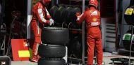 Mecánicos de Ferrari eligen los neumáticos para el GP de Hungría
