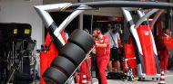 Mecánico de Ferrari con neumáticos Pirelli superblandos en Suzuka - SoyMotor.com