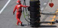 Mecánico de Ferrari con neumáticos Pirelli en Montreal - SoyMotor.com