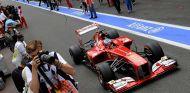 Fernando Alonso con el Ferrari F138 en el pit lane de Spa - LaF1
