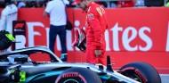Vettel inspecciona el coche de Bottas en el GP de Estados Unidos F1 2019 - SoyMotor.com