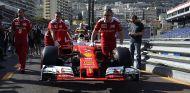 El coche de Kimi Räikkönen, hoy en el Pit Lane de Mónaco - LaF1