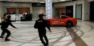 Un político ruso irrumpe con un Ferrari en un centro comercial - SoyMotor.com