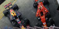 Los coches de Verstappen y Räikkönen tras el incidente en Singapur - SoyMotor.com