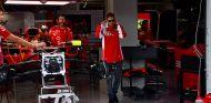 Sebastian Vettel en el garaje de Ferrari en Suzuka - SoyMotor.com
