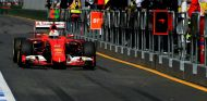 Vettel pasando por el pit lane durante la carrera de Australia - LaF1