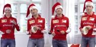 Así lucen los pilotos de la Scuderia cantando villancicos - LaF1