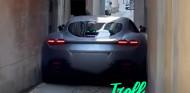 VÍDEO: la manera más absurda de cargarse un Ferrari Roma - SoyMotor.com