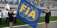 Bandera de la FIA durante un Gran Premio de F1 - SoyMotor.com
