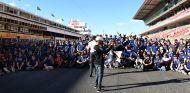 Lewis Hamilton graba a los voluntarios en Montmeló - SoyMotor