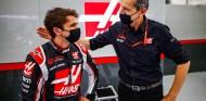 Pietro Fittipaldi y Guenther Steiner en el GP de Sakhir - SoyMotor.com