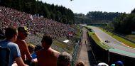 Daniil Kvyat ataca Pouhon bajo las miradas de los aficionados - LaF1