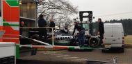 Miembros de Force India cargando el monoplaza del año pasado en un camión - LaF1
