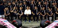 Foto de equipo de Force India con Lawrence Stroll - SoyMotor.com