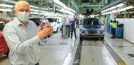 Empleados aplauden la primera unidad en salir de la línea de montaje tras la reactivación de la producción - SoyMotor.com