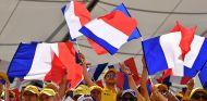 Aficionados de Renault en Paul Ricard con banderas francesas - SoyMotor.com