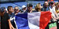 Aficionado con la bandera de Francia - SoyMotor.com