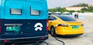Nio echa un cable a Tesla con un servicio de cargadores ambulantes - SoyMotor.com