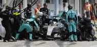 Lewis Hamilton parando en boxes a cambiar sus neumáticos durante el GP de Hungría - LaF1