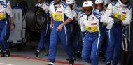 Los mecánicos de Sauber salen del box dispuestos a ocupar sus puestos en el pit lane - LaF1