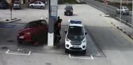 Embiste un surtidor de gasolina y casi a la Guardia Civil - SoyMotor.com