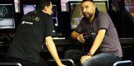 Gastaldi hablando con Gerard Lopez en el muro de Lotus en Marina Bay - LaF1