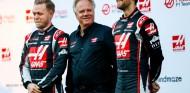 Gene Haas junto a Kevin Magnussen (izq.) y Romain Grosjean (der.) - SoyMotor.com